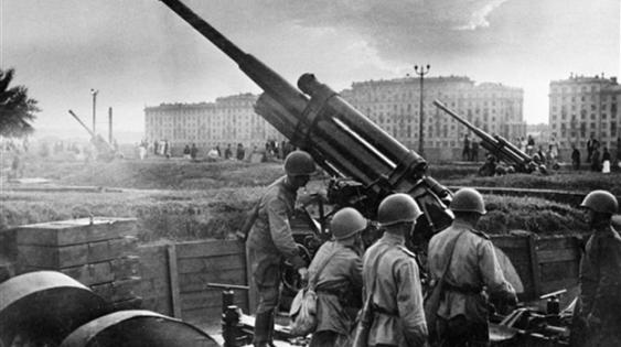 5 декабря 1941 г. – Контрнаступление Красной Армии под Москвой. Зенитные орудия в Парке культуры имени Горького.